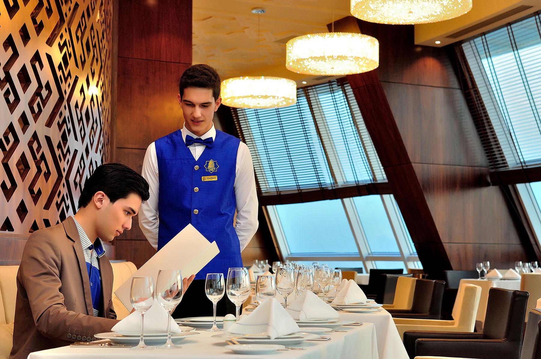 Официант в Турции