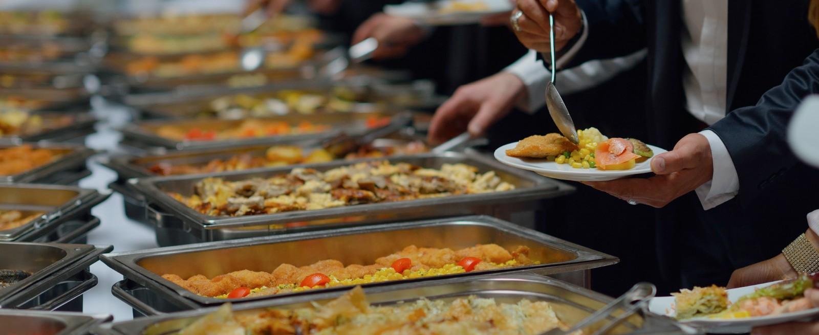 Раздача блюд в ресторане Турции