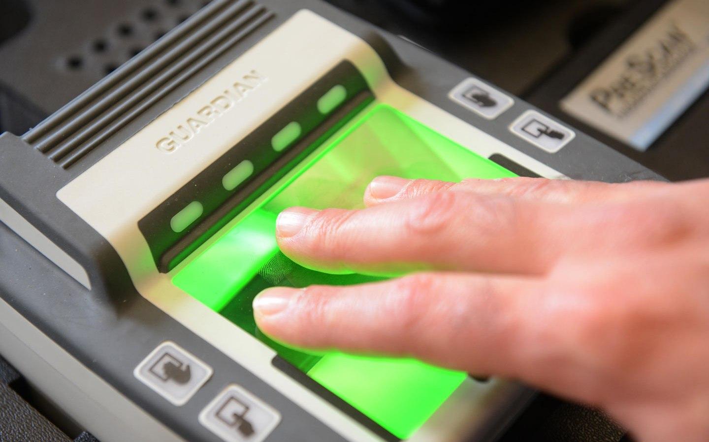 Пекин принял решение собирать отпечатки пальцев въезжающих встрану иностранцев