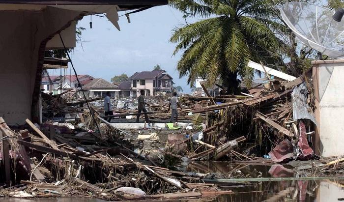 От цунами и землетрясения в индонезийском города Палу погибли 832 человек
